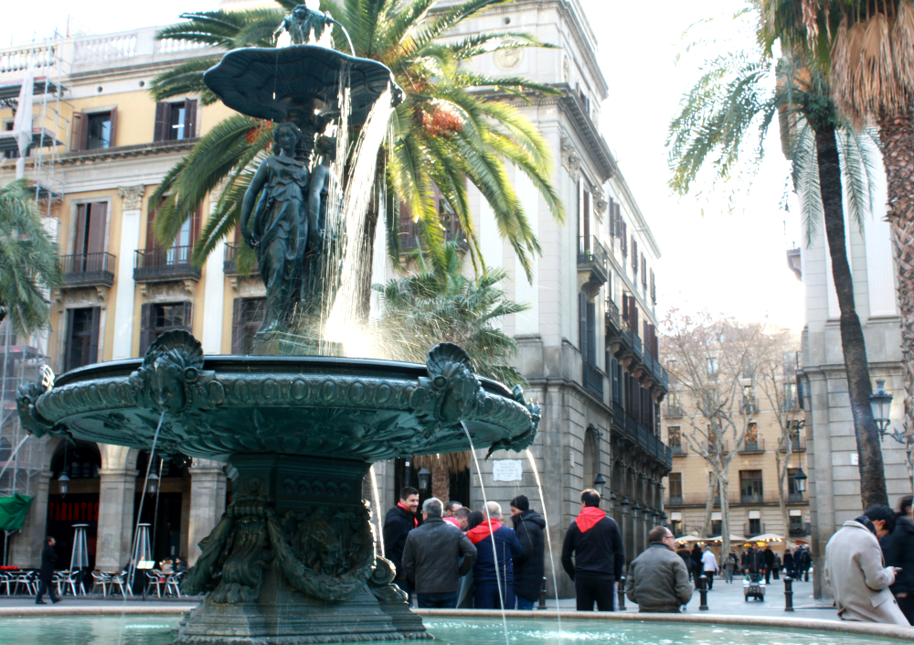"2017. Plaça Reial, fountain and main entrance, where you can find ""Art i Sa Barcelona"""